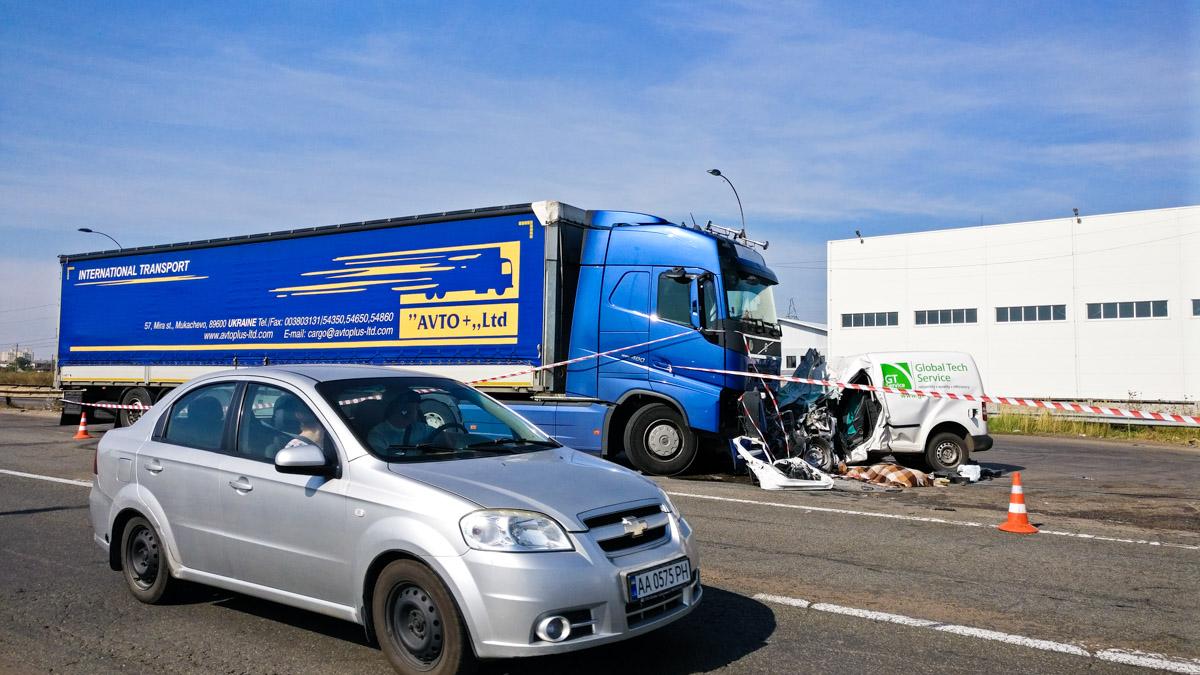9 сентября под Киевом произошла авария с участием автомобиля Volkswagen Caddy и седельного тягача Volvo