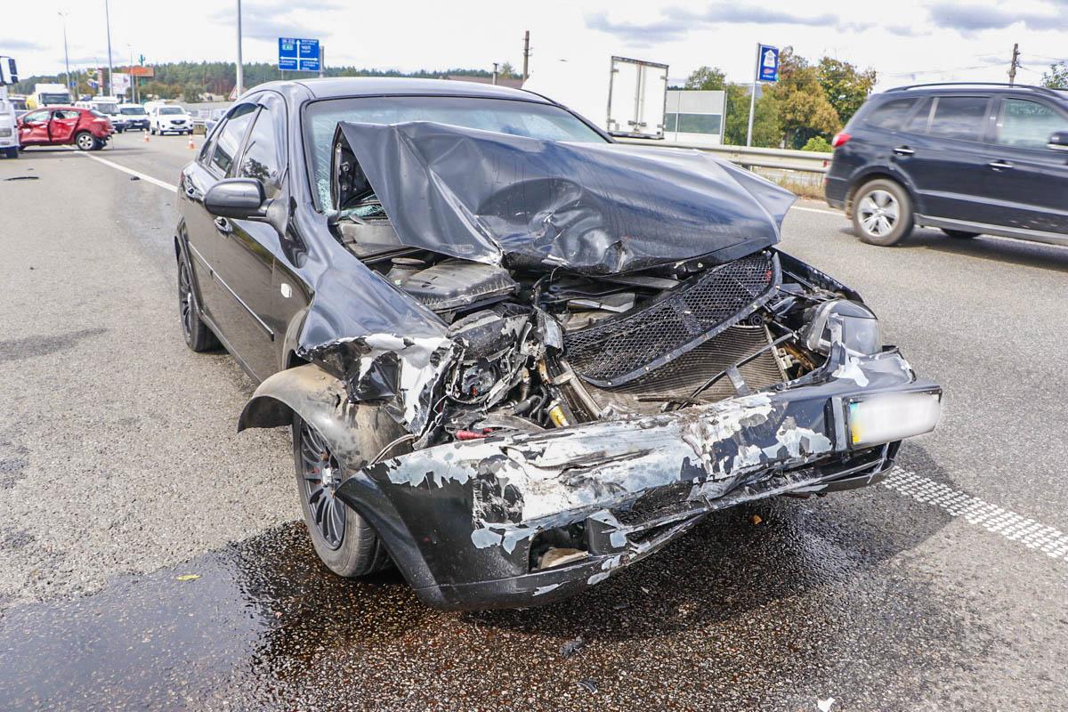 По неизвестным причинам две легковушки столкнулись и от удара Renault врезался в Mercedes