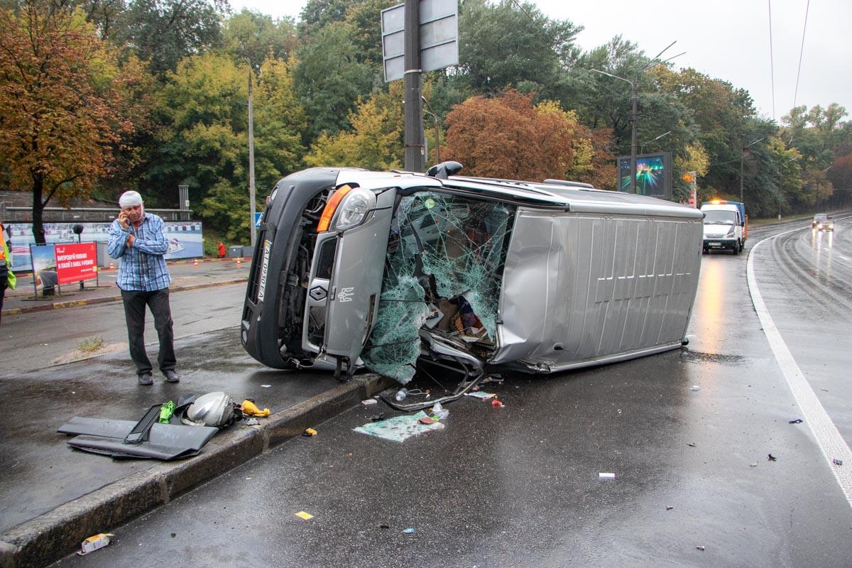 На улице Елены Телиги произошла авария с участием грузовика микроавтобуса Renault Trafic