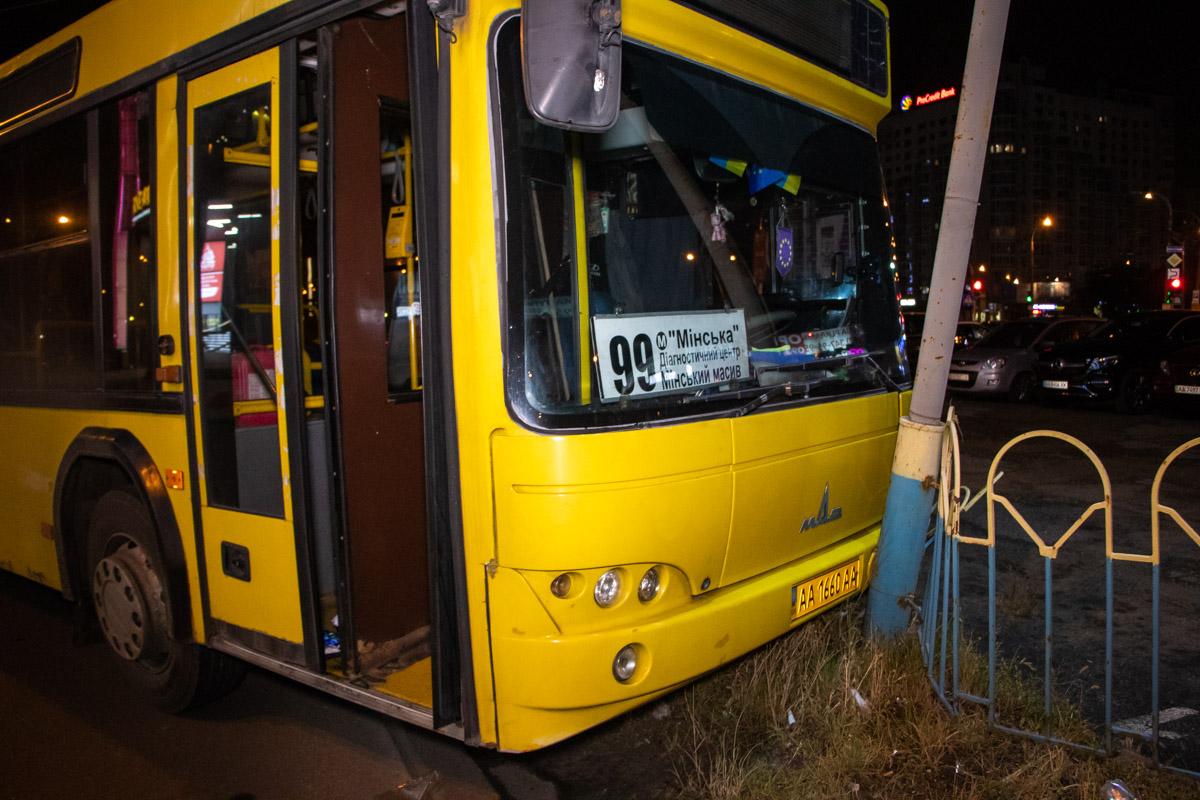 Водителя забрали с места аварии медики