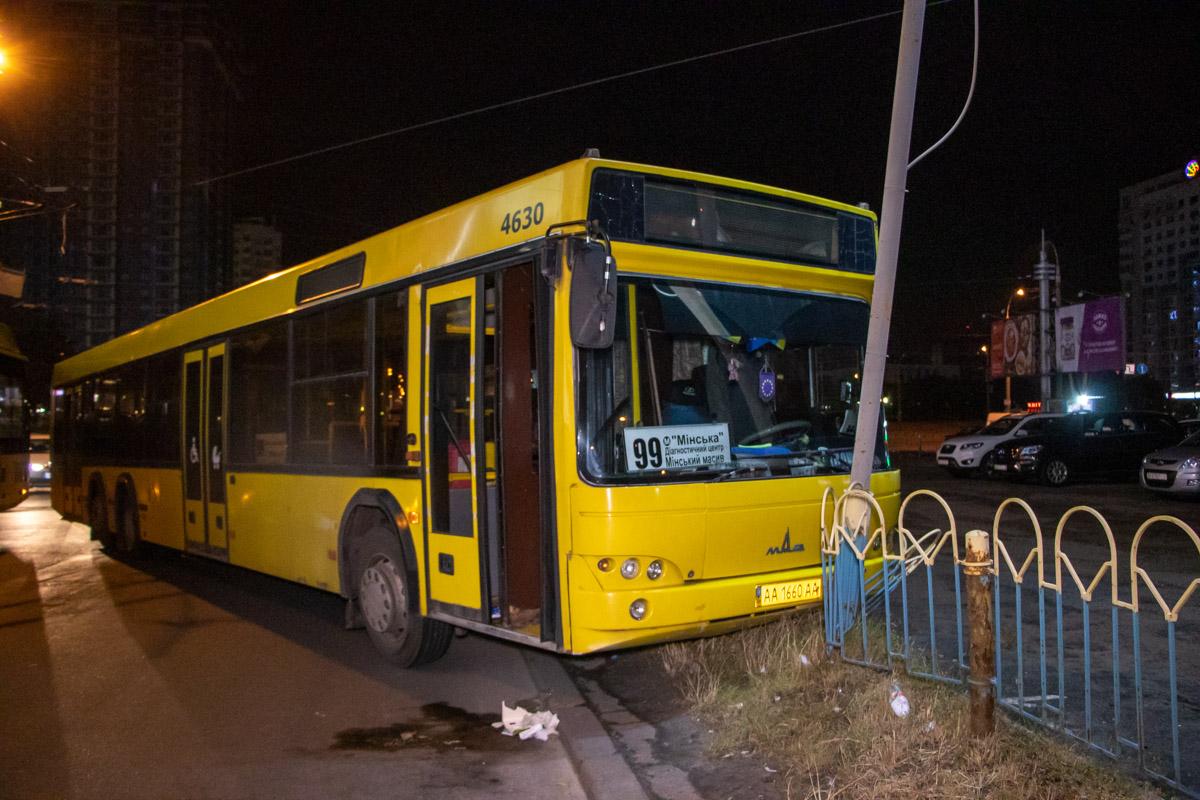 На Оболони автобус не вписался в поворот