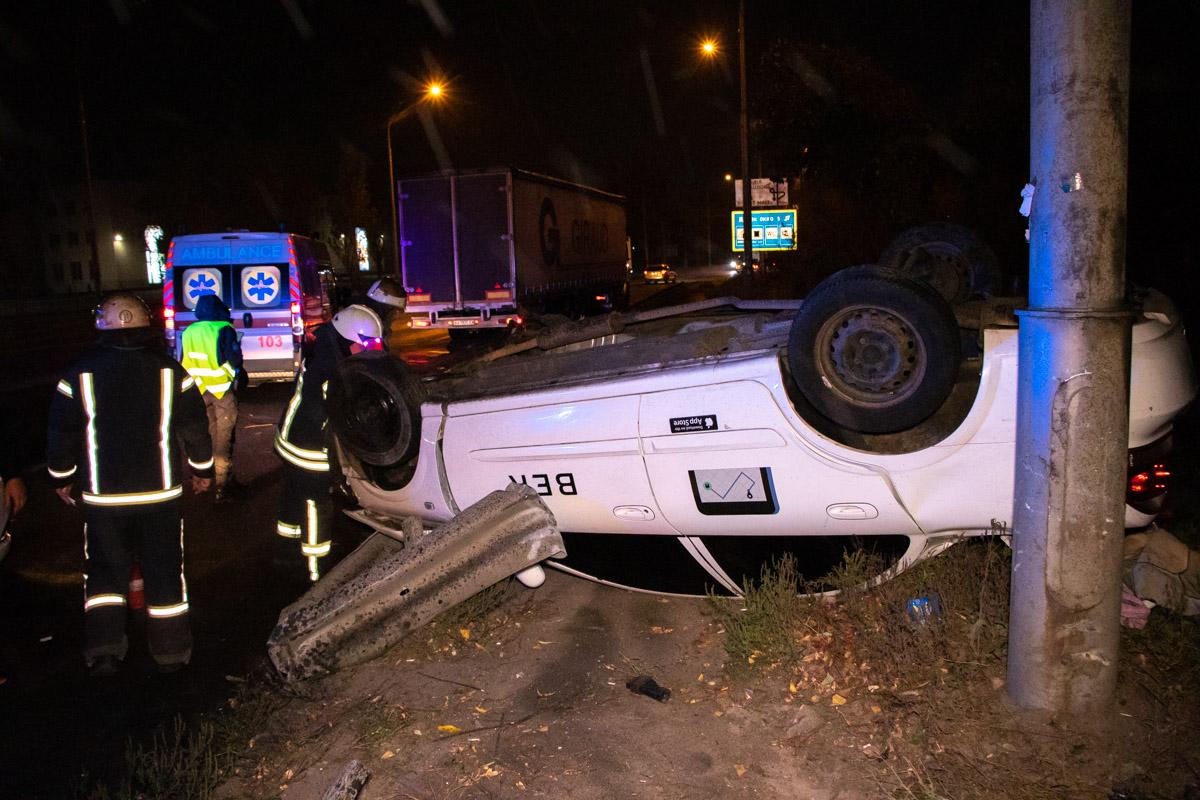 На улице Академика Заболотного произошла авария с участием автомобиля Nissan Sunny службы такси Uber