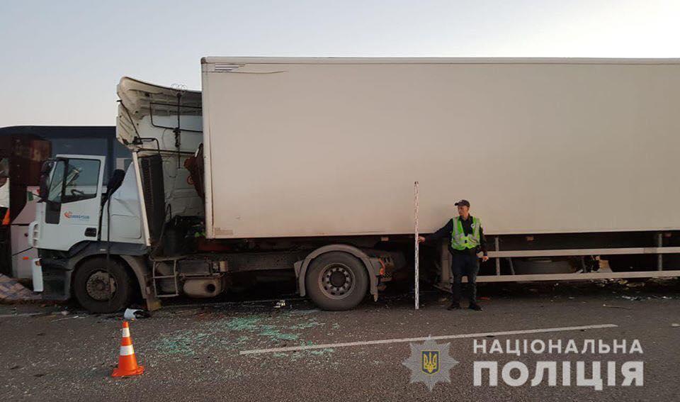 Фура Iveco протаранила автобус и грузовик