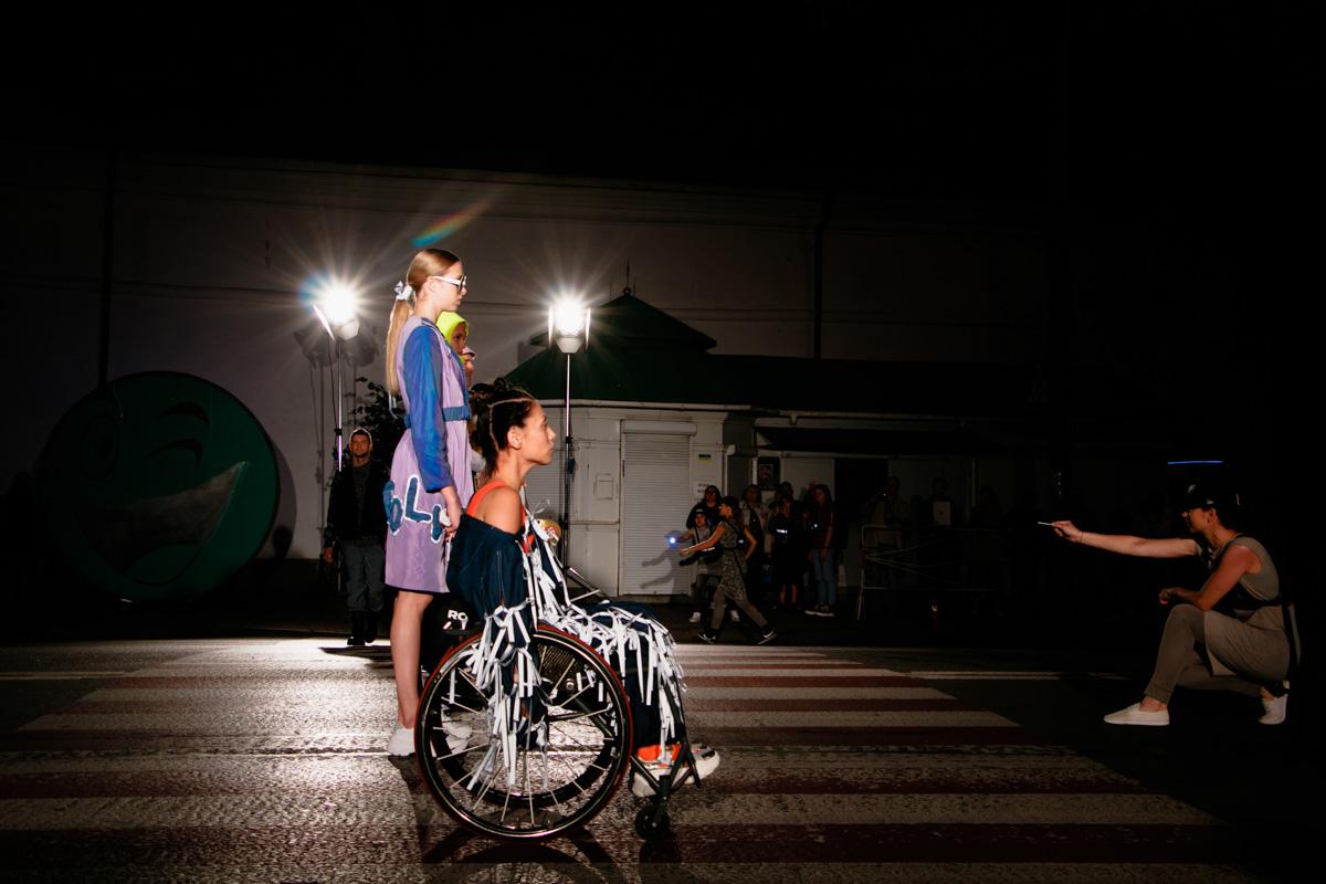 4 сентября в финальный деньUkrainian Fashion Week показ устроили прямо на оживленной дороге возле Арсенала