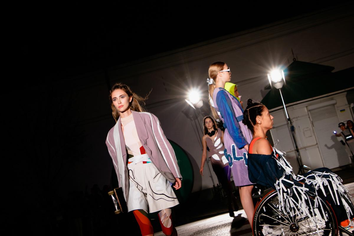Главный элемент коллекции - светоотражающие элементы на одежде и аксессуарах, которые делают пешехода видимым для водителей