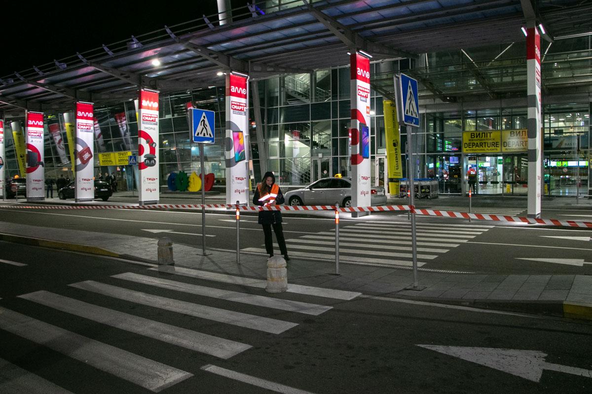 Всего из здания эвакуировали около сотни пассажиров