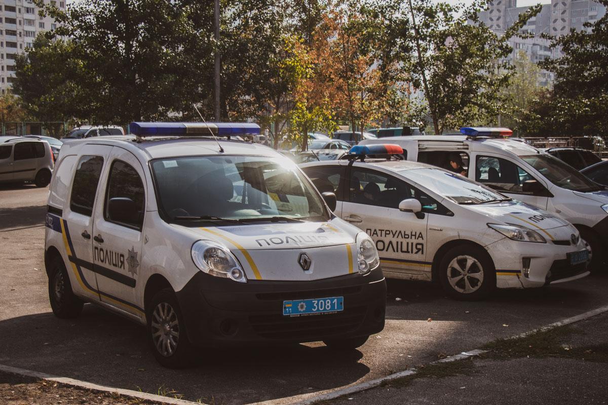 На месте работали экипажи патрульной полиции, следственно-оперативная группа и взрывотехники