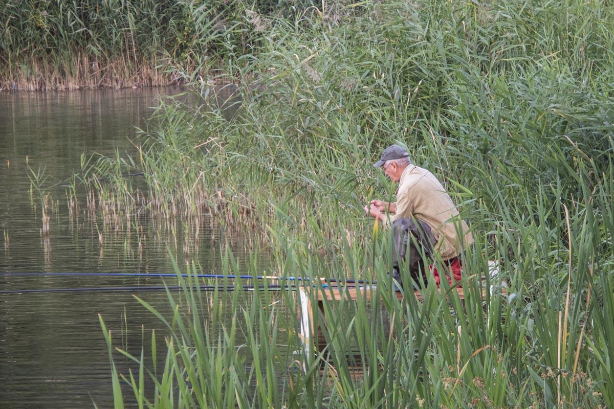 На берегу можно заметить вездесущих рыбаков