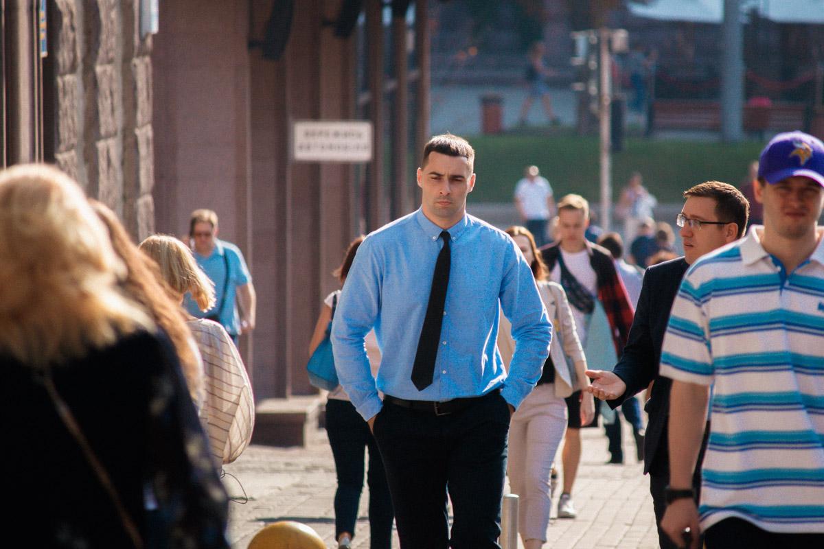 Мужчины в рубашках и брюках - что может быть прекраснее?