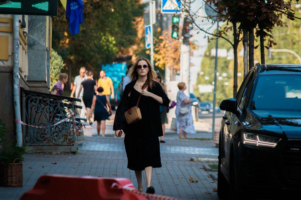 Жители Киева торопливо идут на работу или уже с работы с озадаченными и даже немного напряженными лицами