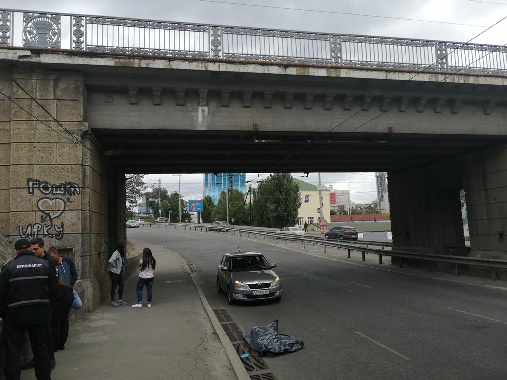 В этот момент под мостом проезжала Skoda службы такси Uklon с пассажирами