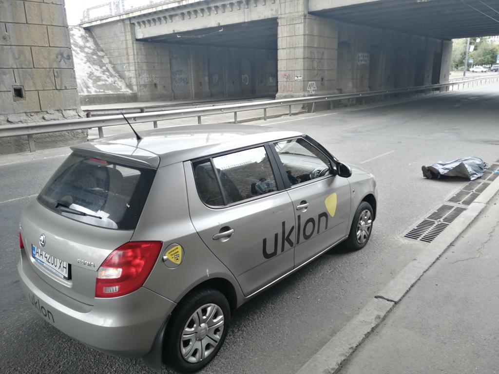 Мужчина упал с железнодорожного моста на проезжую часть улицы Льва Толстого