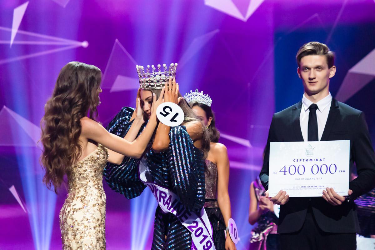 Титул и корону победительнице вручила Мисс Украины 2018 Леонила Гузь
