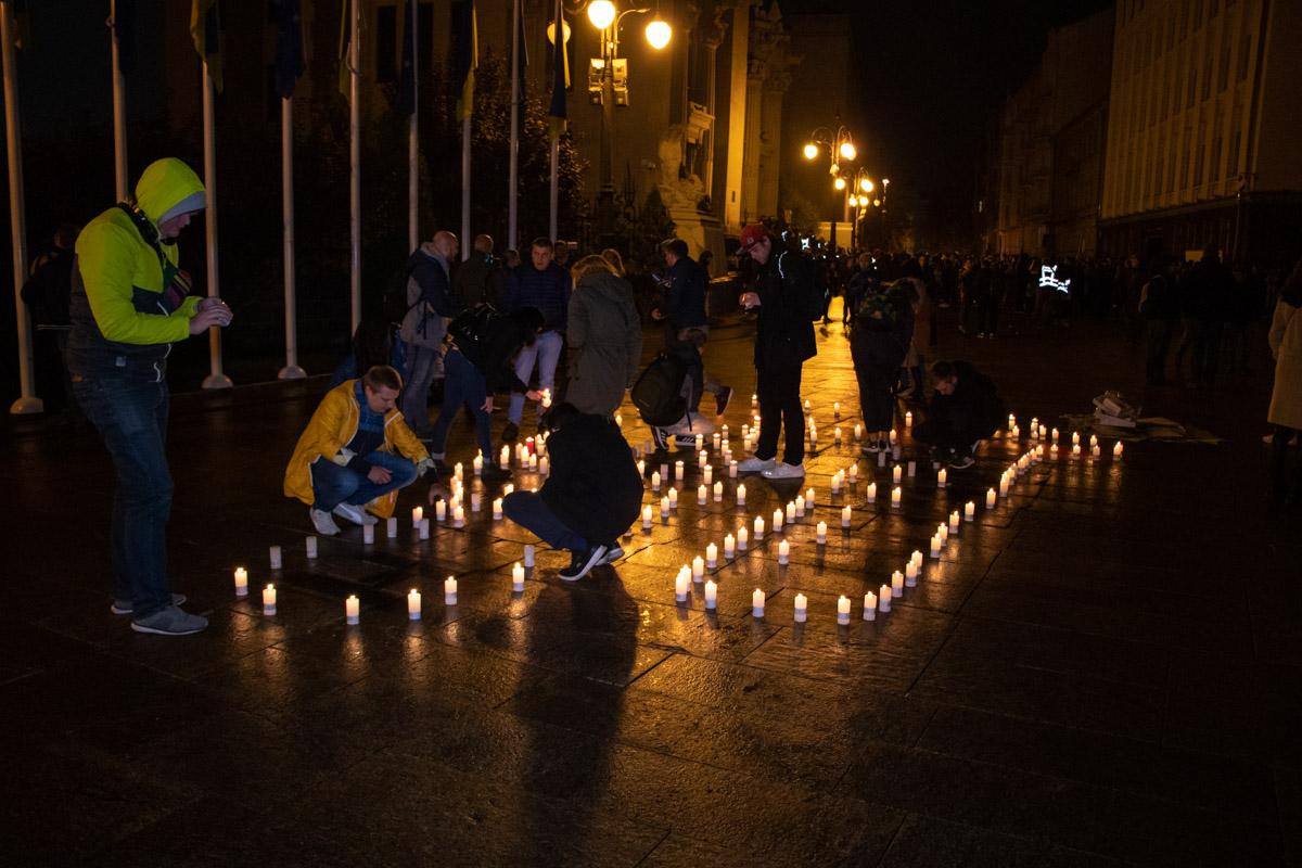 Люди зажгли свечи в память об убитых общественных деятелях