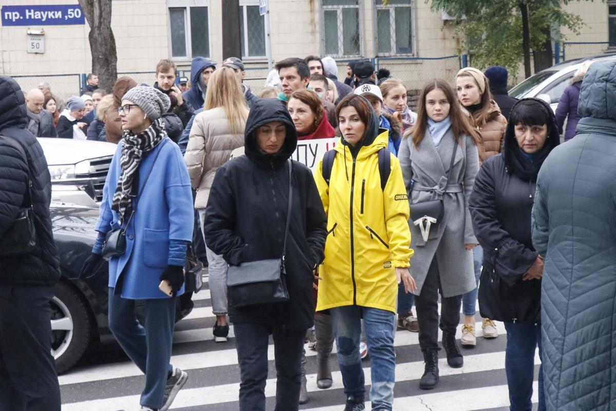 Протестующие беспрерывно ходят по пешеходному переходу