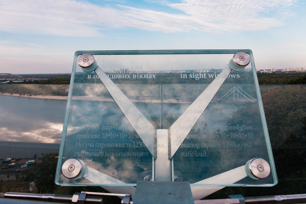 Чтобы успокоить людей, любой желающий может увидеть из чего состоят стекла моста