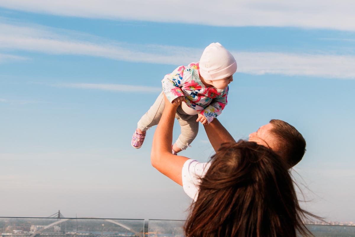 Хватало на мосту и семей с детьми, в том числе и самыми маленькими