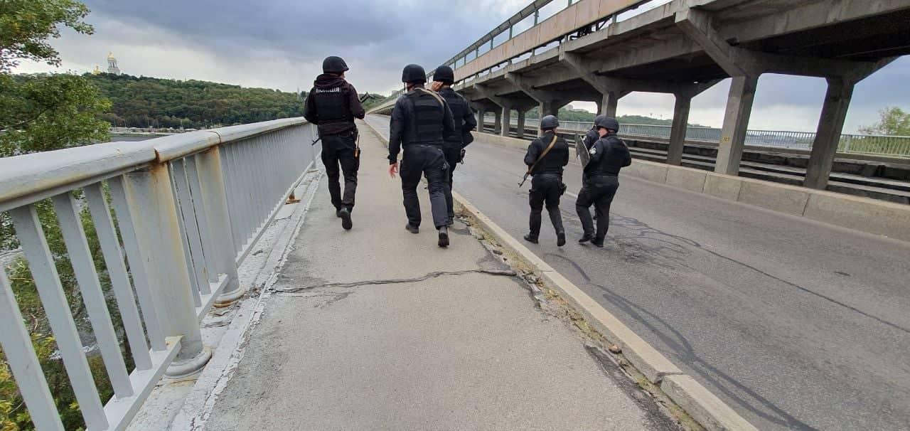 Правоохранители на мосту Метро