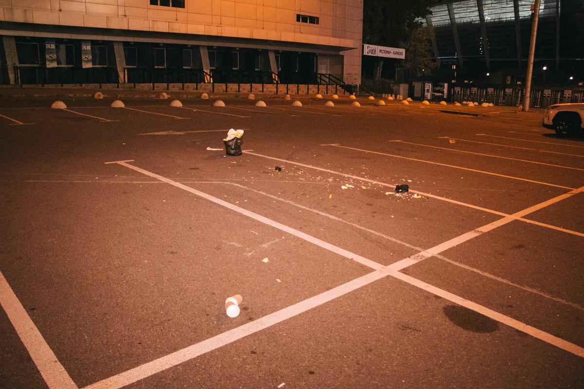 После окончания концерта территория вокруг стадиона превратилась в стихийную свалку
