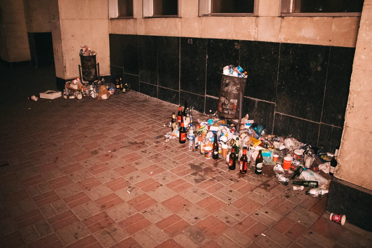 Причем если обставленные пустыми бутылками урны выглядели, в общем-то, нормально...