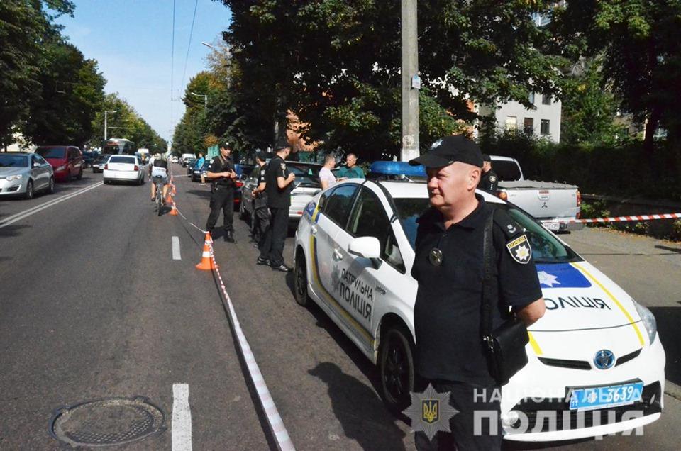 В результате один из правоохранителей получил ранение в ногу