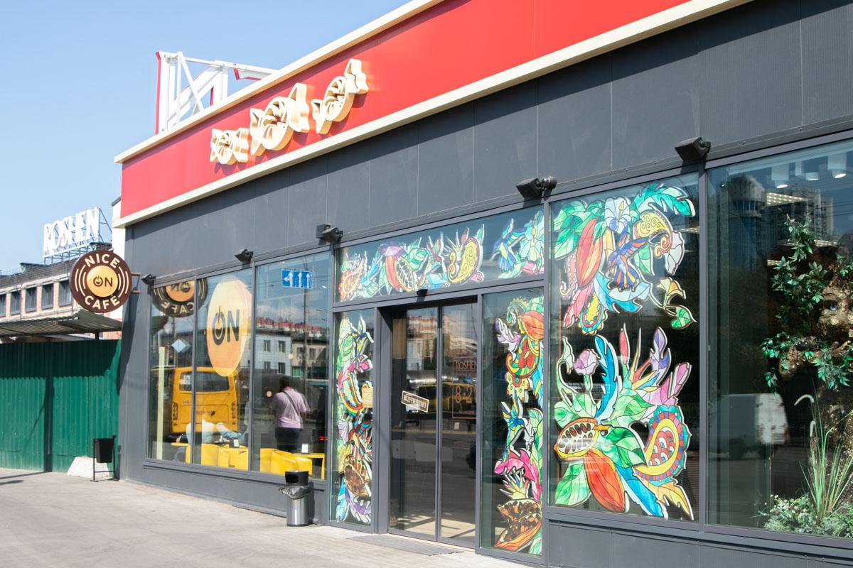В одном помещении с фирменным магазином Roshen открыли заведение Nice on Cafe