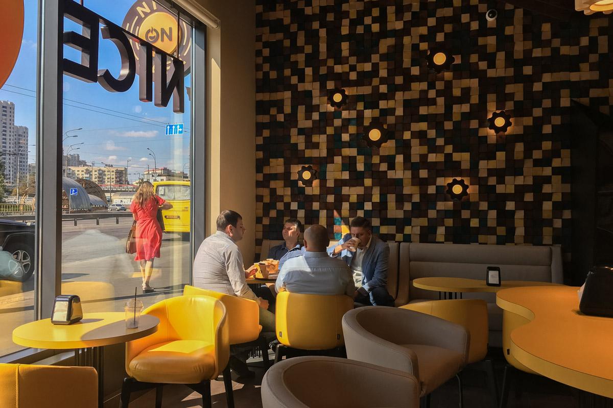 Интерьер заведения выполнен в желто-коричневых тонах