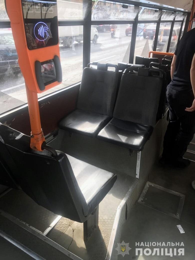 В Голосеевском районе мужчина открыл стрельбу по пассажиру в троллейбусе