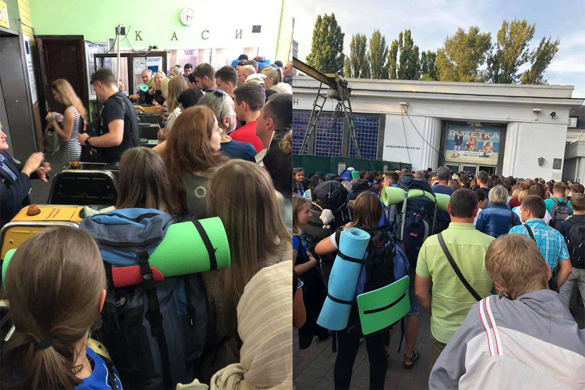 """Огромная толпа людей в часы пик собирается, как у входа на станцию """"Арсенальную"""", так и в самом вестибюле"""