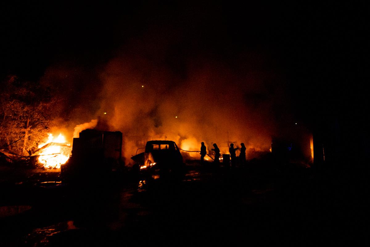 На территории гаражного кооператива горели одноэтажные сооружения и автомобиль