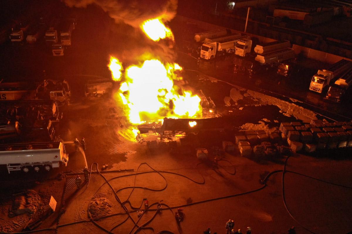 Огонь охватил цистерны с топливом