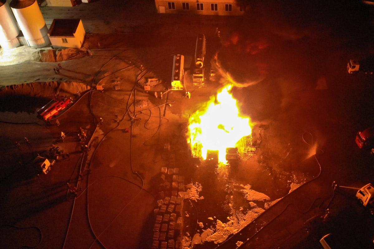 Спустя почти два часа борьбы с огнем пожар удалось локализовать и ликвидировать