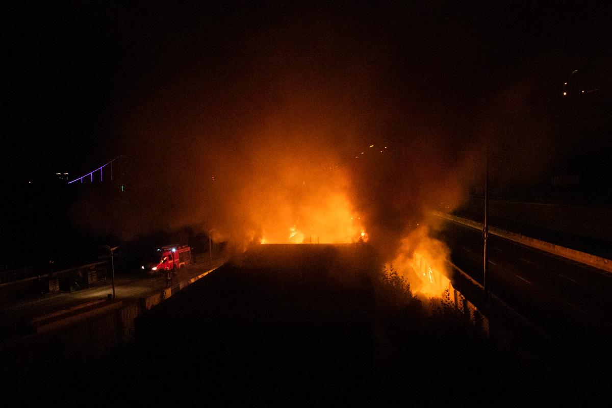 На причале речного вокзала горели два одноэтажных здания