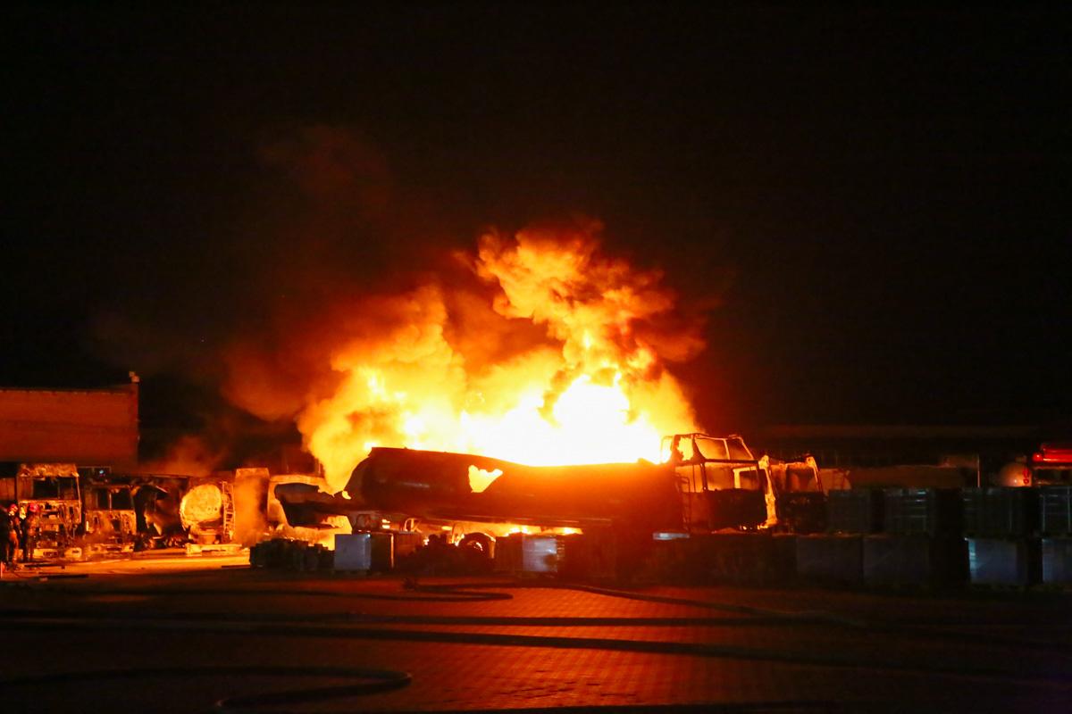 На фото отлично видно источник огня - это автоцистерна