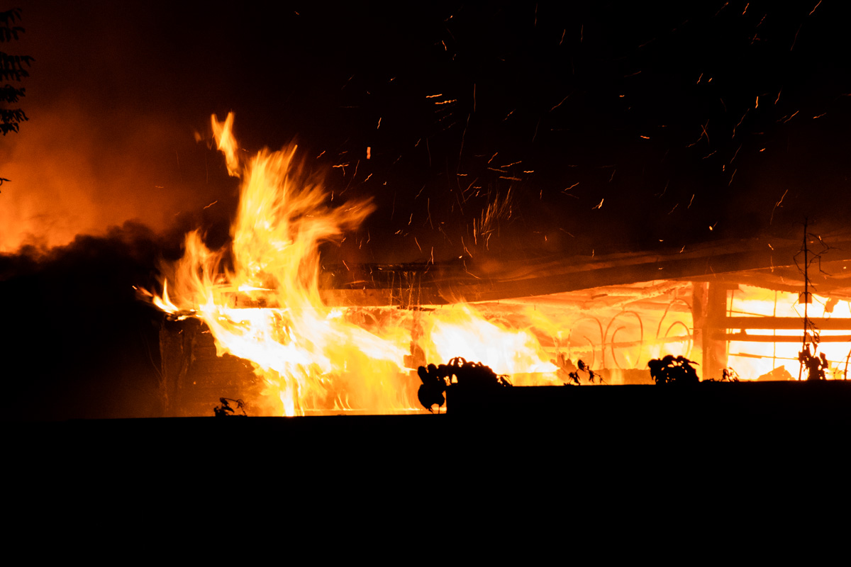Дым окутал весь причал и потянулся в сторону старого Подола