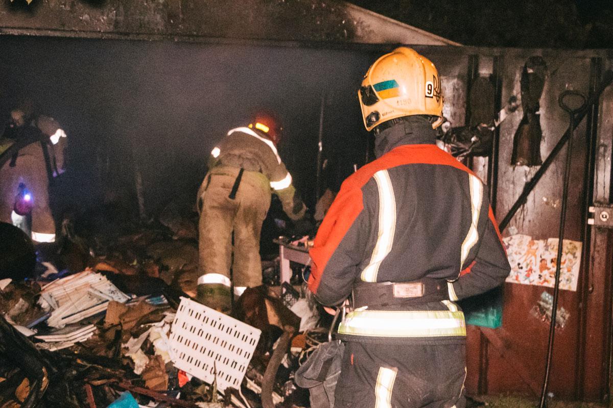 Во дворе жилого дома горел гараж-пункт приема вторичного сырья