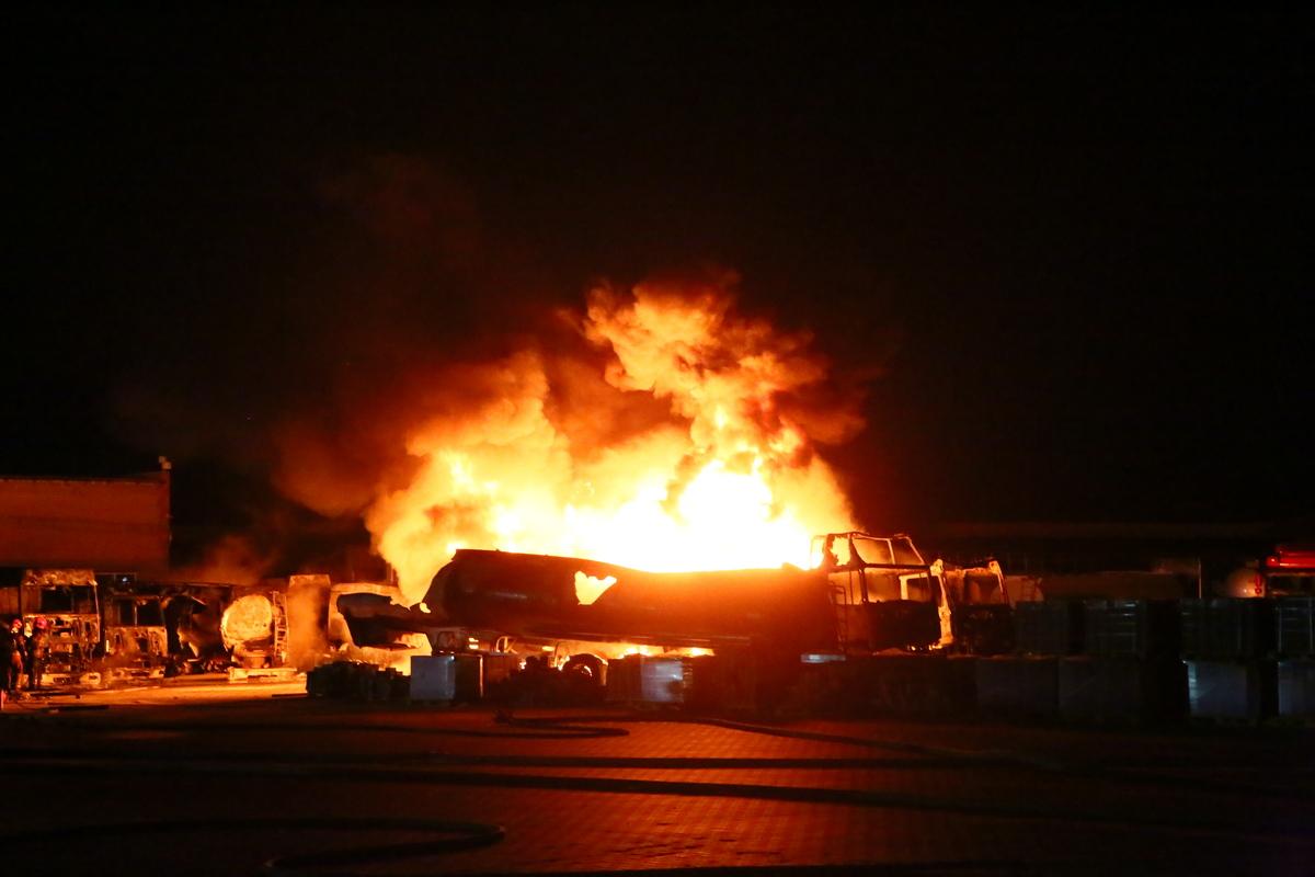 На улице Вискозной горит цистерна с топливом