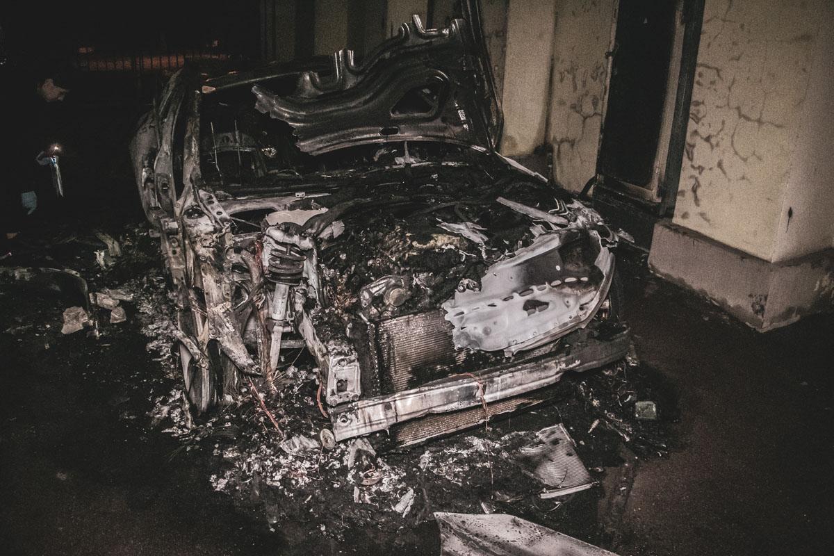 На улице Владимирской, 69 дотла сгорел автомобильAudi А7