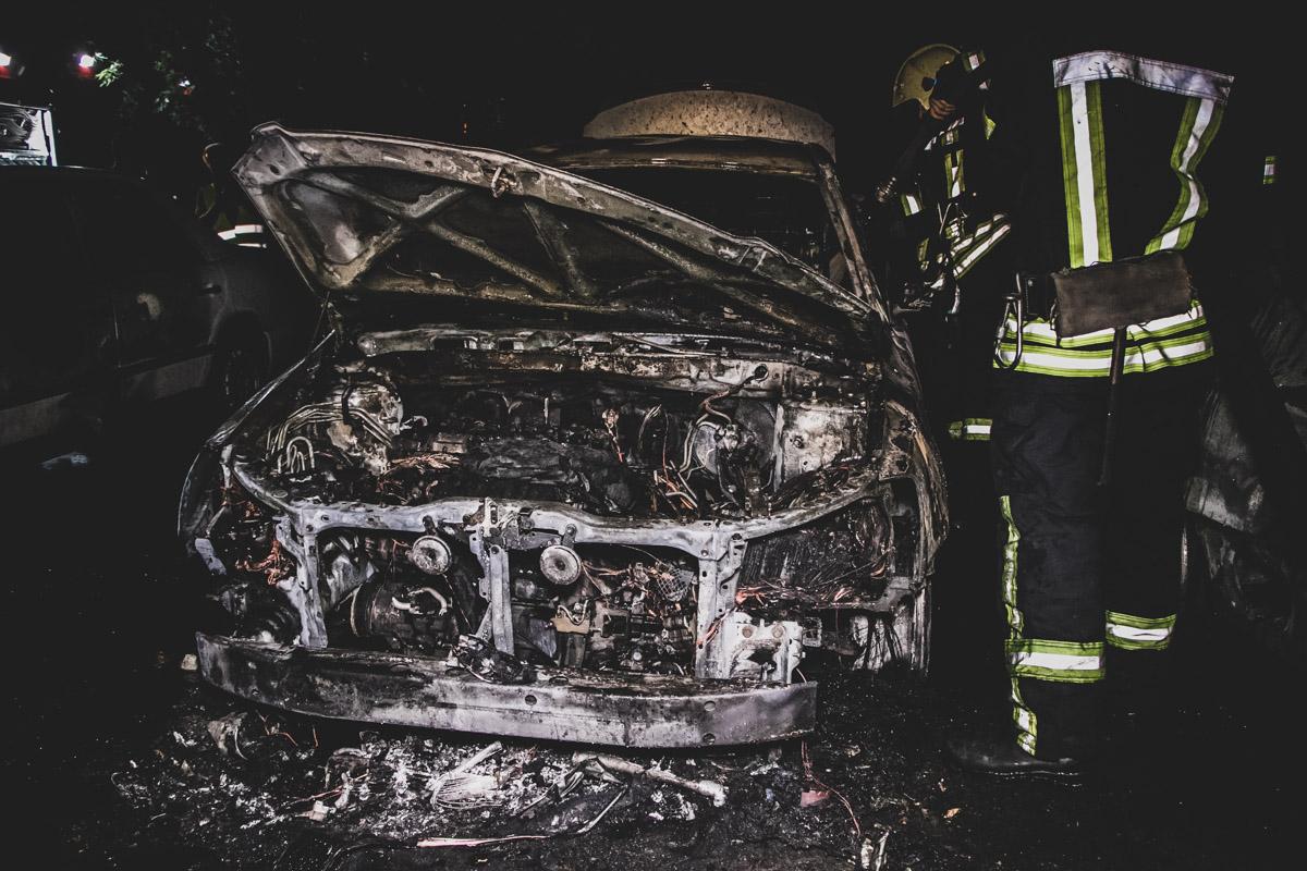 Во дворе жилого дома горели автомобили Toyota, Volkswagen Passat и Mercedes230 Е