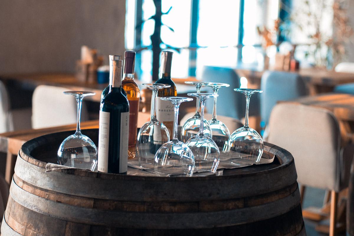 """Стол в """"Рыбе пиле"""" резервируют бутылкой вина, которую вы можете выпить, ожидая прихода друзей"""