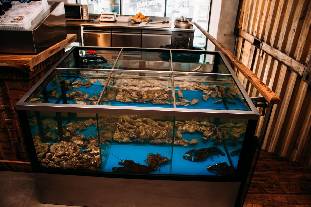 Главная особенность ресторана - свежие и живые морепродукты в открытом аквариуме