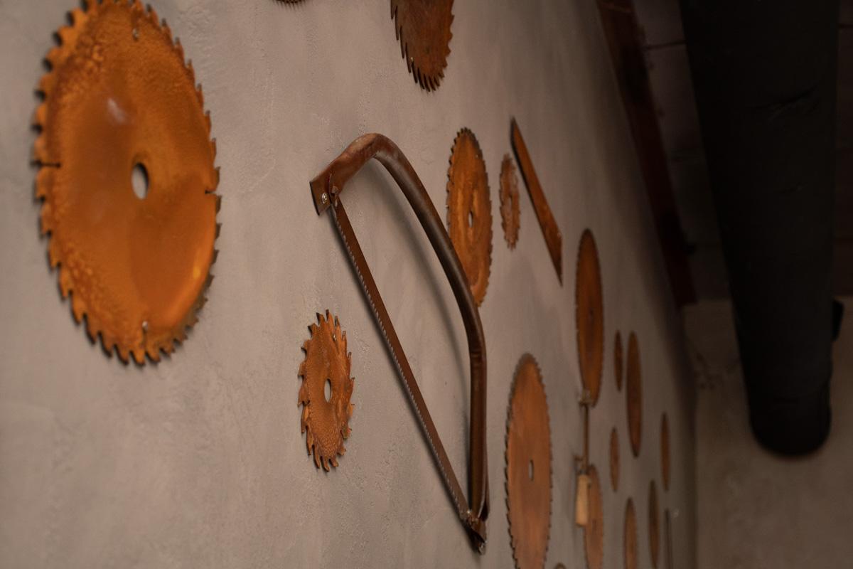 Центральная стена в заведении декорирована настоящими пилами