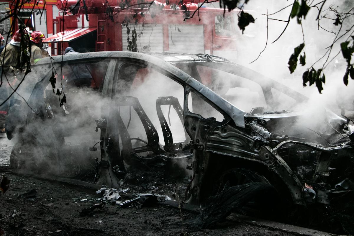 Во дворе жилого дома вспыхнул электрический автомобильChevrolet Bolt