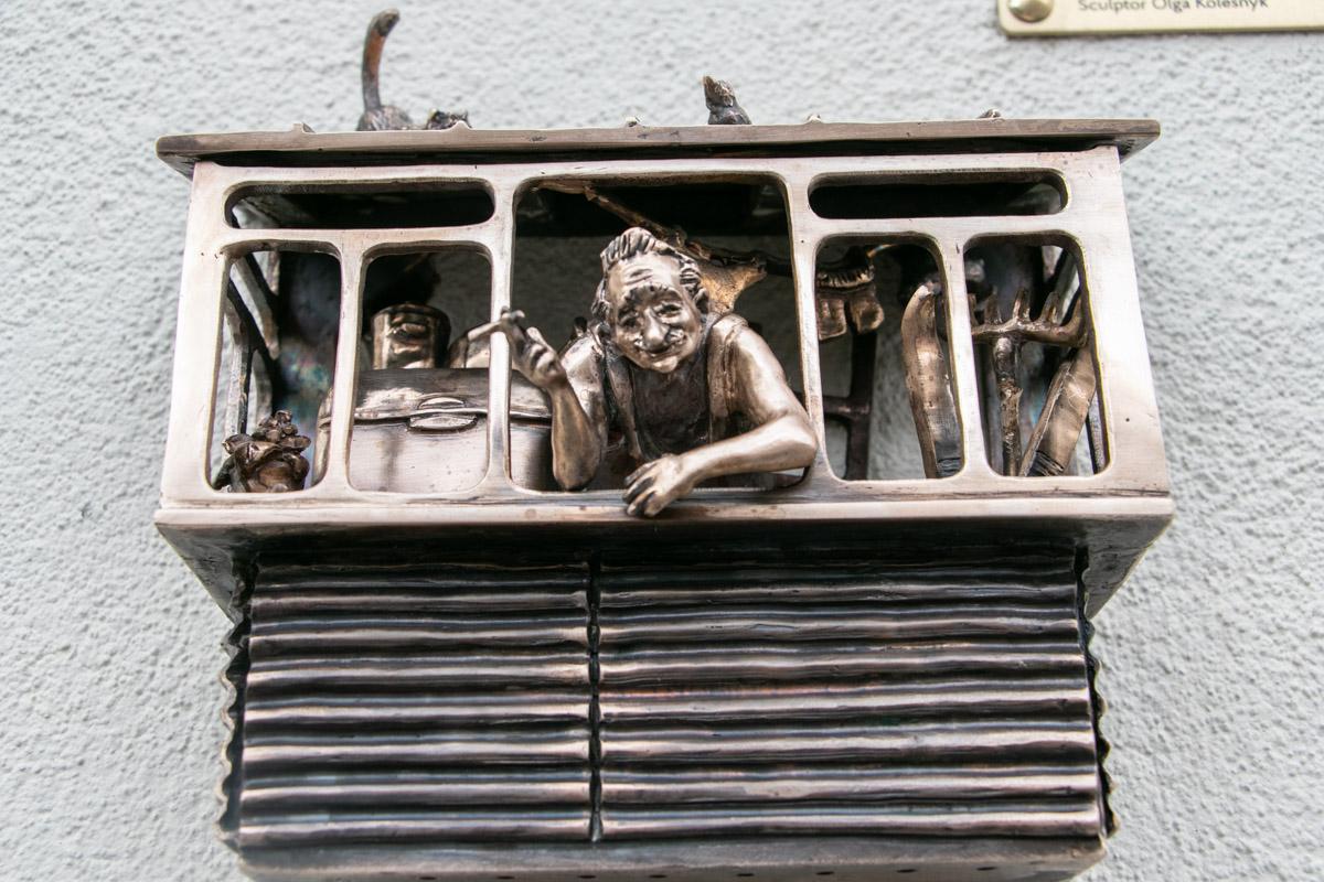 Она изображает типичный старый балкон в Киеве