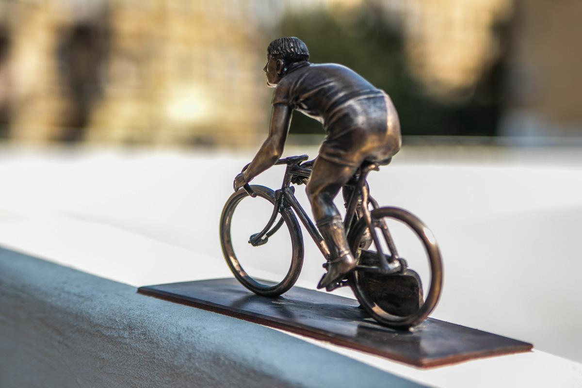 На этот раз скульптурка посвящена велосипедисту и находится возле Киевского велотрека