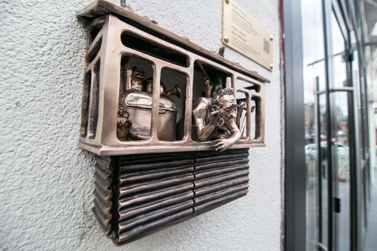На мини-балкончике есть все: от старого холодильника до контейнера для яиц