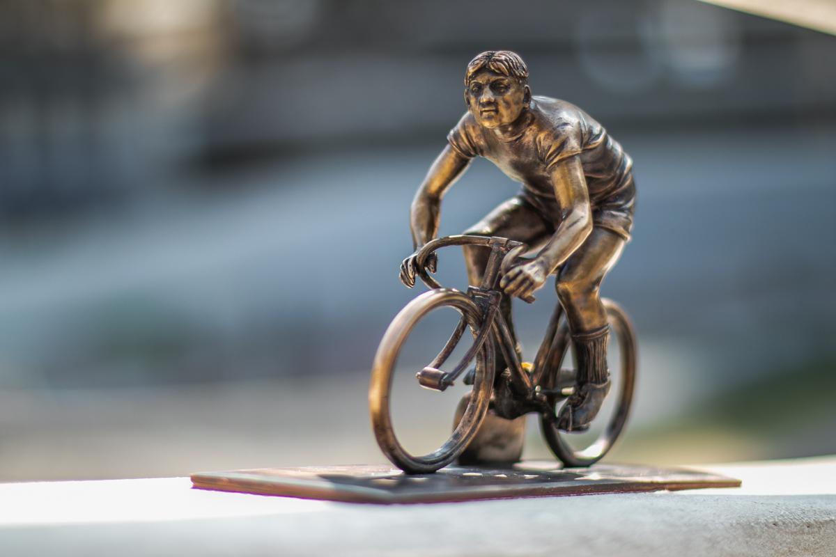 Велосипедист словно взлетает вверх на трек, так что фото с ним получаются крутыми