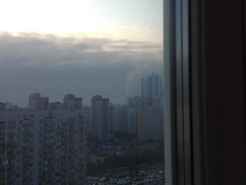 Жители Киева обеспокоены дымкой и запахом гари, который окутал районы столицы