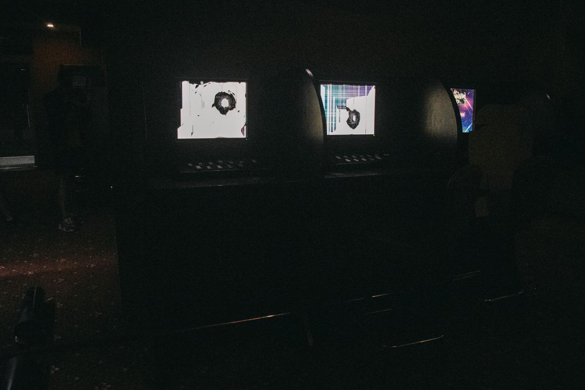 Они разбили несколько компьютерных экранов и вынесли кассу, в которой было всего 200 долларов