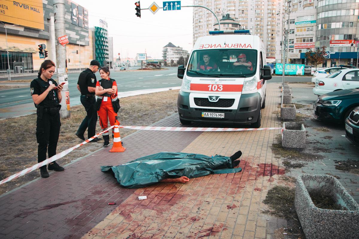 В ночь на 8 сентября в Киеве по адресу улица Анны Ахматовой, 1 обнаружили мужчину в луже крови